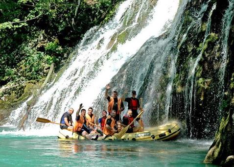 קבוצה בשייט בנהר